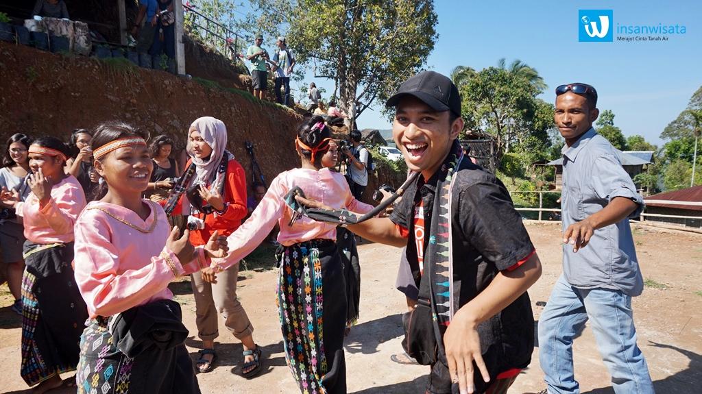 Tari Sandak yang merupakan tari pengakraban. Foto oleh : Astari