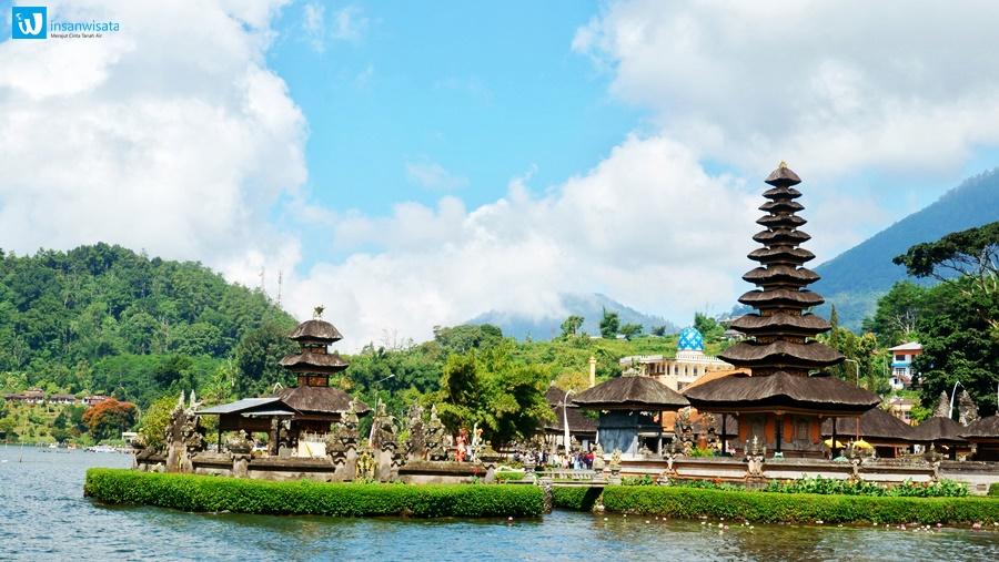 Pura Ulun Danu dengan indah di atas danau yang tenang, Pura Ulun Danu menyajikan suguhan menawan sebuah bangunan suci khas Pulau Bali.